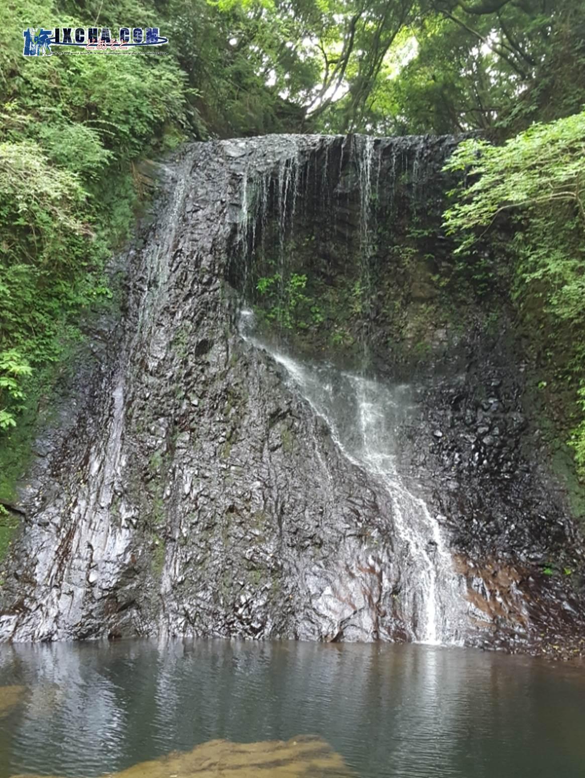 """下まで降りてみた写真です。 """"不動滝""""は「男瀧」と「女瀧」の2本あり、この写真は、落差12メートルある「男瀧」です。"""