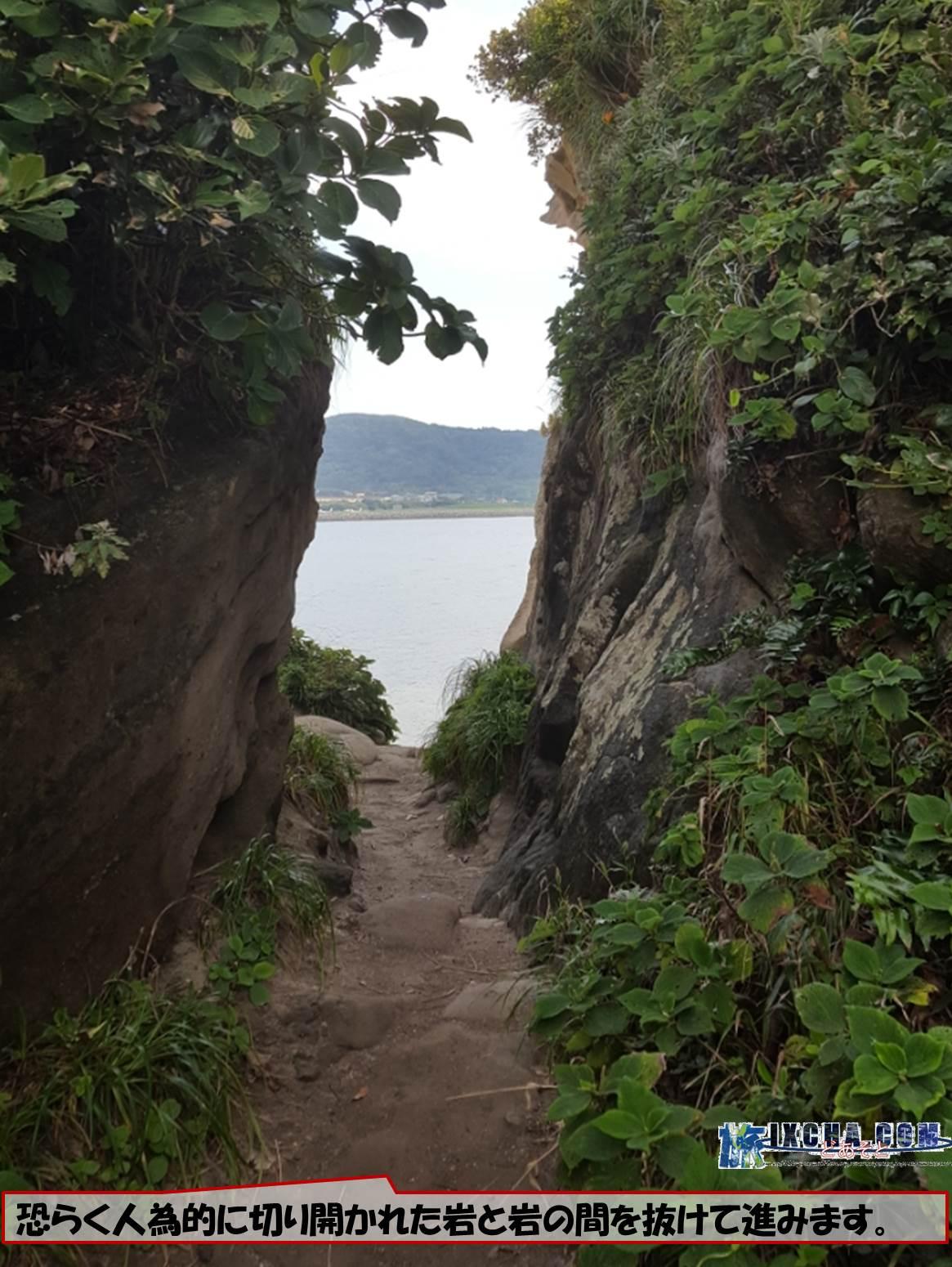 恐らく人為的に切り開かれた岩と岩の間を抜けて進みます。