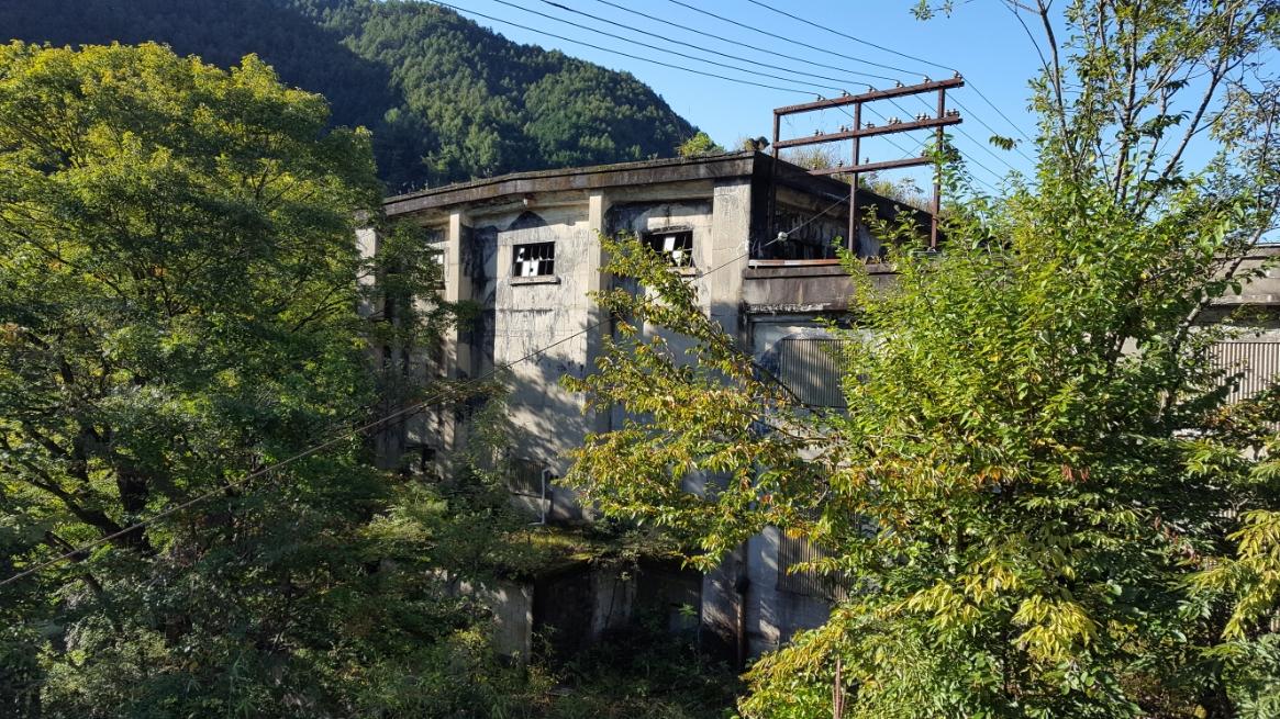 今は使われていない廃墟となった「新梨子油力発電所」です。 名前に「新」の文字が入っていますが、大正4年に建てられ昭和29年に廃止された重油を使った発電所です。
