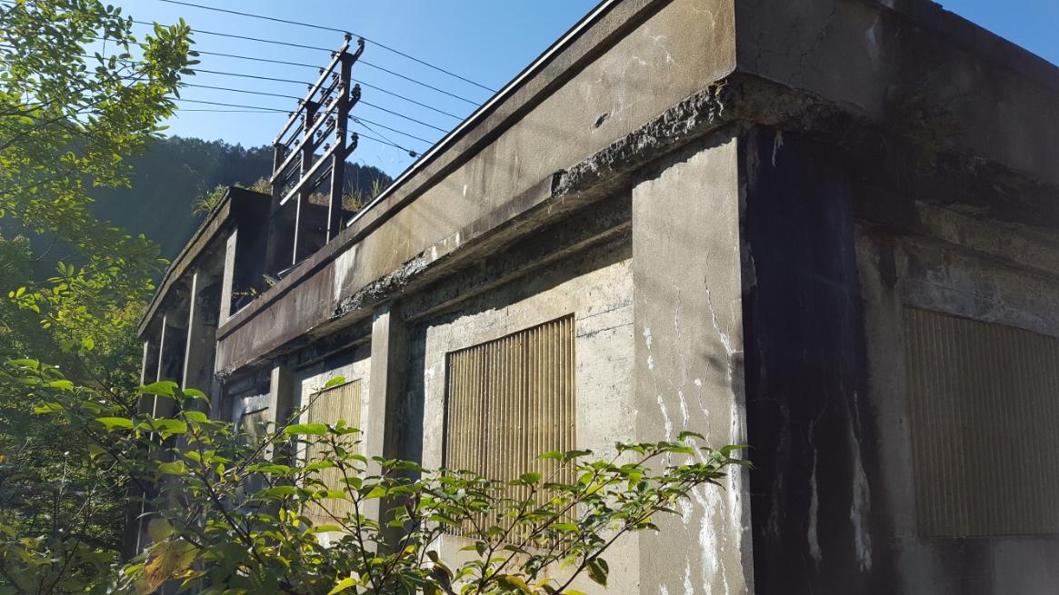 廃墟となり今は使われていない発電所はコンクリート剥き出しで、あとは自然に朽ちるか建て壊されるのを待つのみになっています。