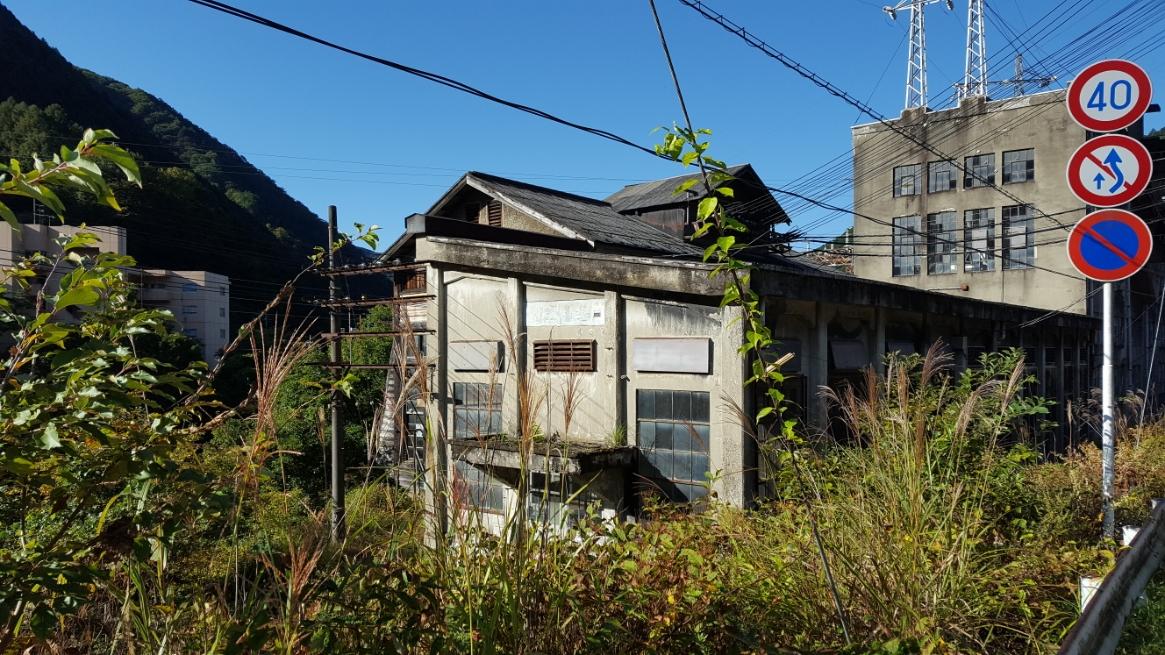 さらに、少し進むと「通洞変電所」があります。 大きな地震が来れば崩れそうな建物ですが未だ現役で変電所として稼働しています。