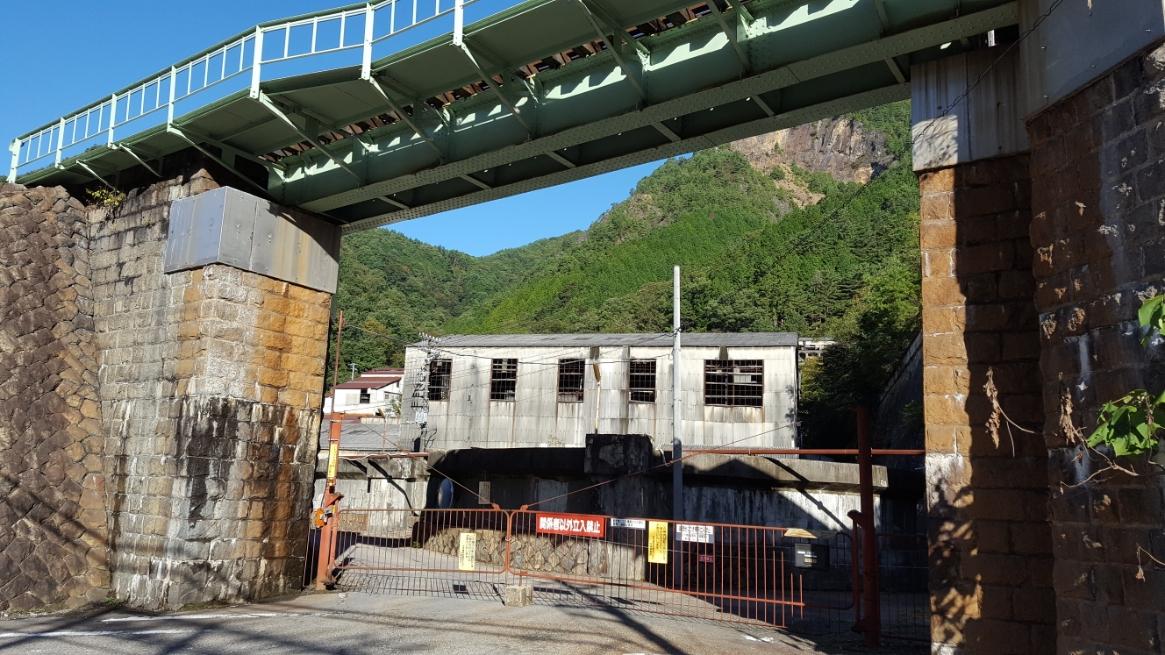 「通洞変電所」の前には、古河機械金属が管理をする銅の精錬所の廃工場が有りますが、ガッチリとガードがされていました。