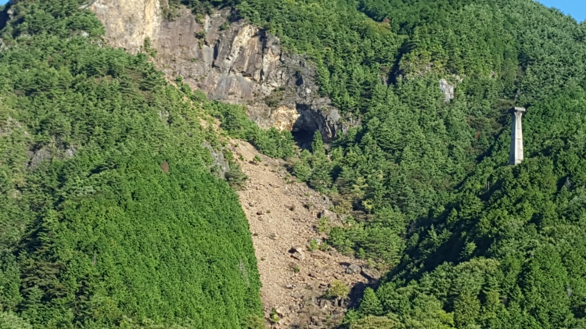 山が大規模に崩れています。 足尾銅山付近の山々は、今は徐々に回復しつつありますが、昔の土壌汚染で禿山となった山は脆くなっている聞いてましたので、これがそれだと思います。