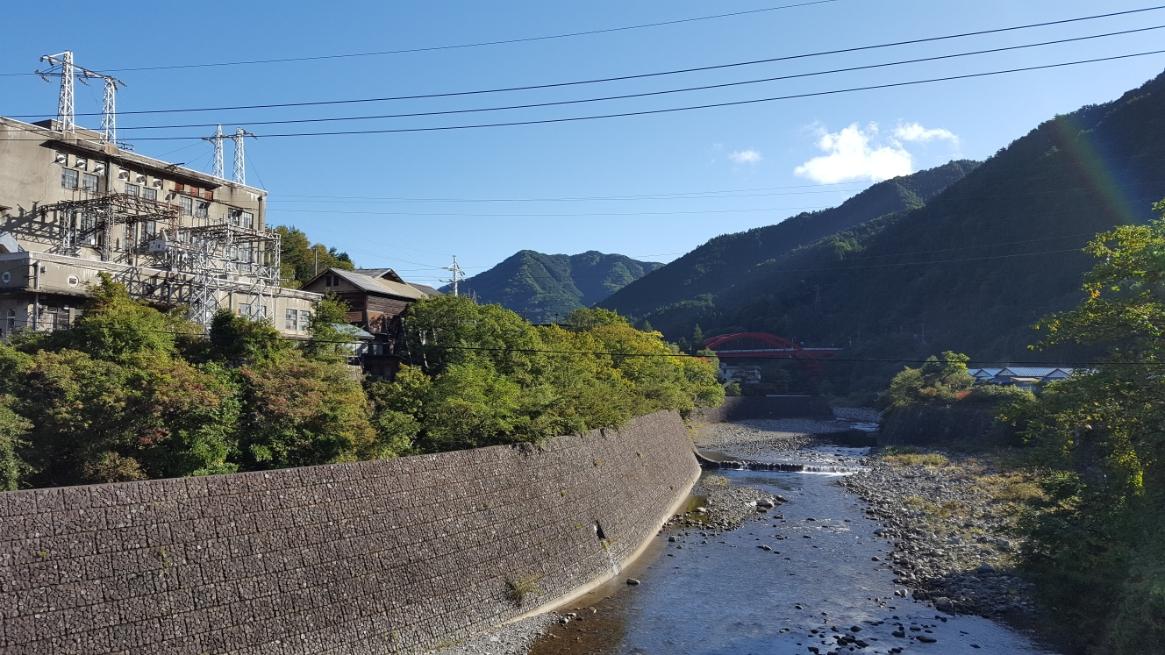 今では、非常に綺麗な清流にも思えるこの川も、足尾銅山が稼働していた当時は人々を苦しめた汚染された川でした。