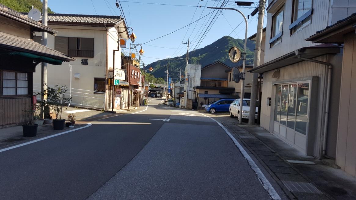 町は一本の大通りと数本の裏通りで作られいます。