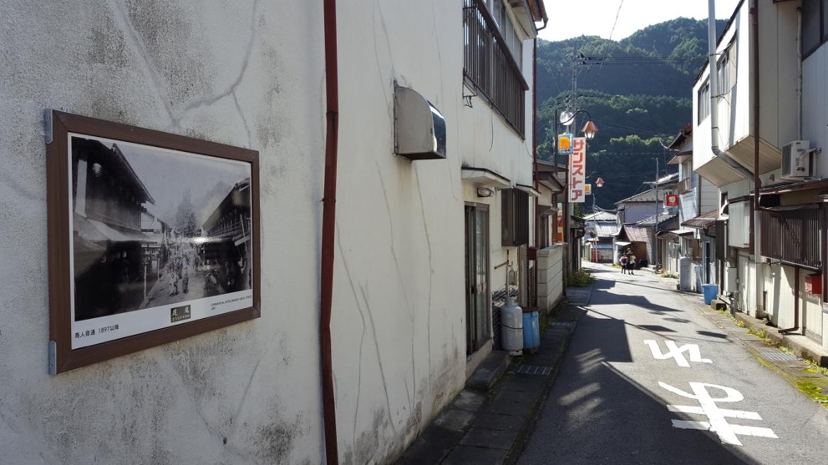 町の所々には、その位置から見えていた昔の風景の写真が展示されています。
