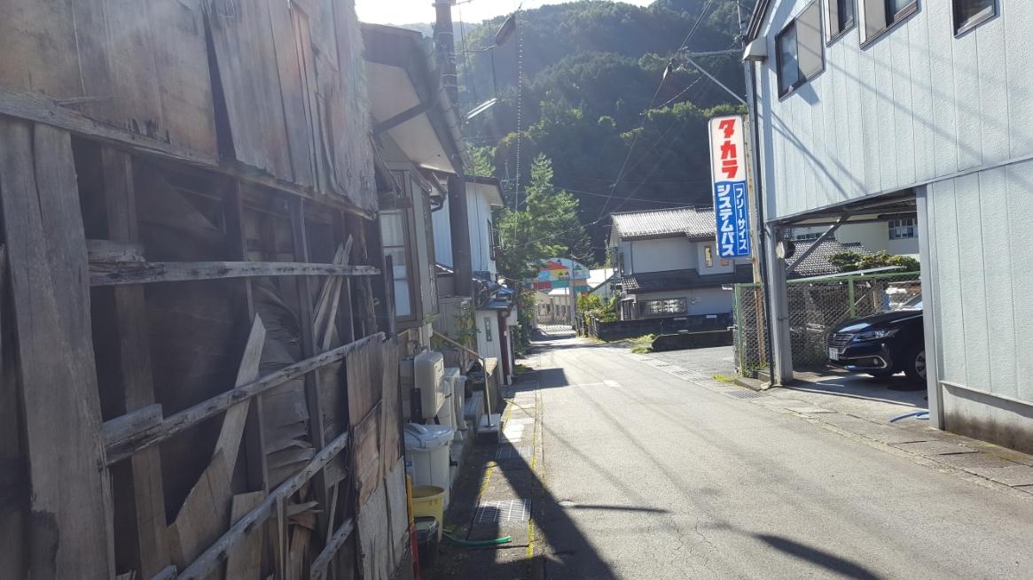 未だ人々が住む町にある崩壊しつつある廃墟は、町に寂しさを漂わさせます。