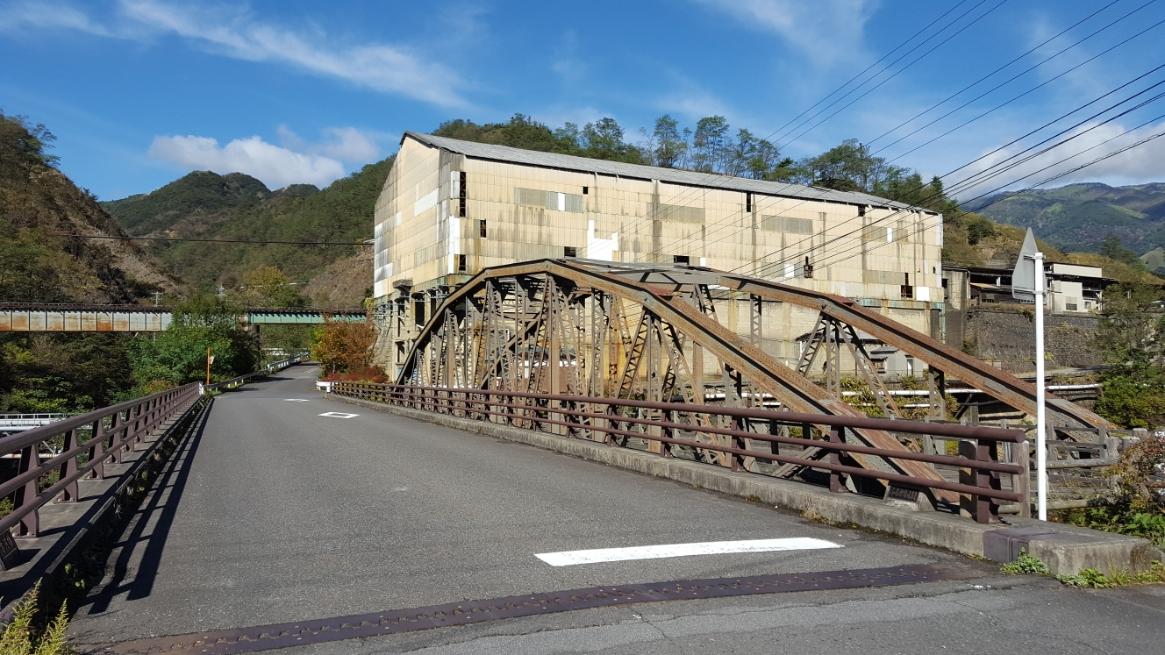 そして、橋の向こうにも産業遺跡の廃墟が見えています。 ちなみに、この「古河橋」の横にはしっかりとしたアスファルトの橋がかけられており、こちらの橋を渡り進みます。