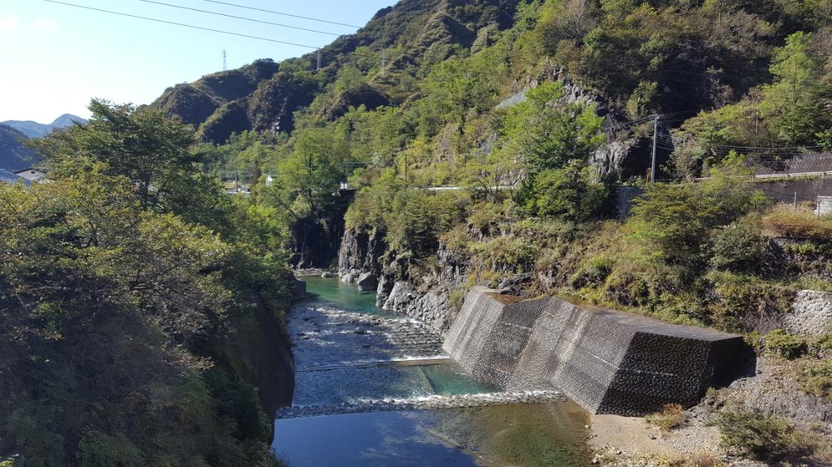橋の下を流れるこの川は、足尾町の市街地の方へ流れていってます。 先ほども言いましたが非常に綺麗な川です。