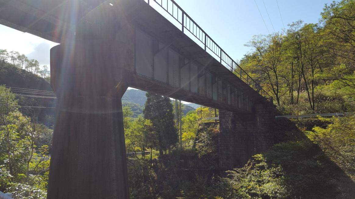 橋と交わる様に鉄橋がかかっており、今は廃線となっていますが以前までは上を貨物列車が走っていたそうです。 ちなみに、他の廃墟探検をされている方々は、この鉄橋を通りコッソリと進入禁止の向こう側へ渡っているそうです。