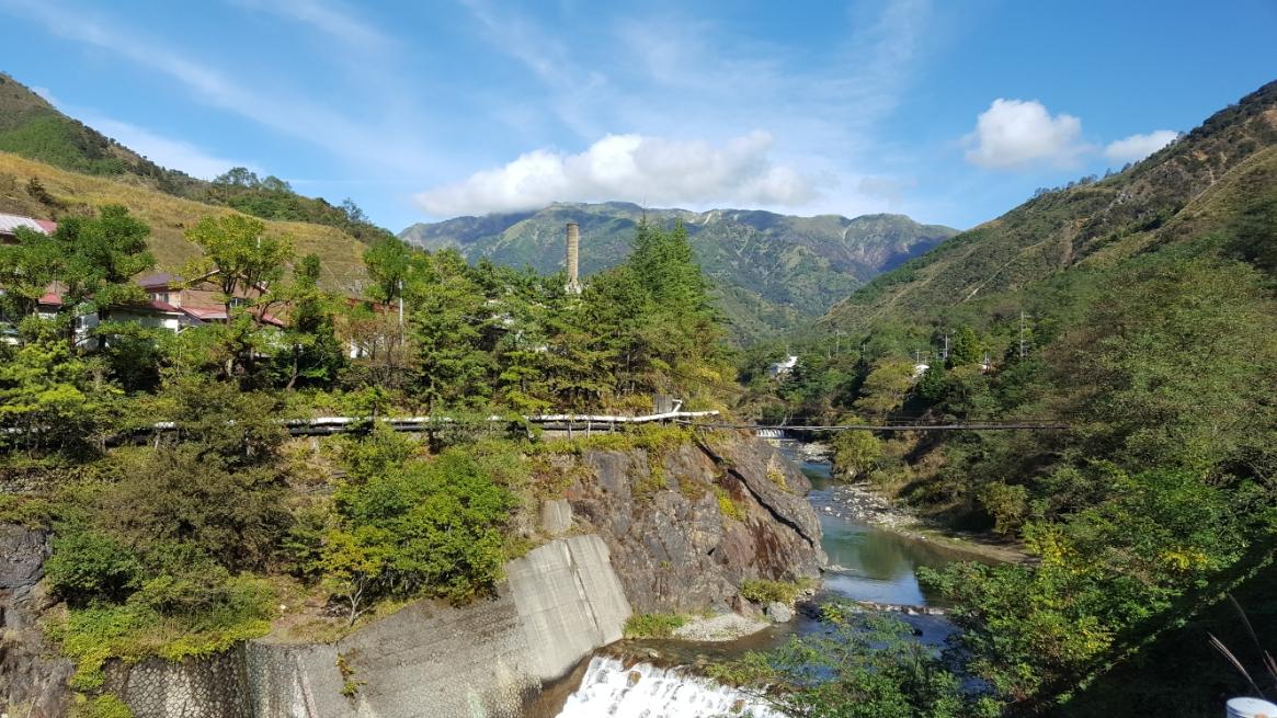 古河橋の場所から、ここ足尾銅山のシンボルの的な煙突が見えたので川の対岸から見えるスポットに進みます。