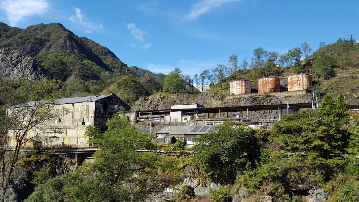 橋に向かって進むと直ぐに、これもシンボル的な三基並ぶ硫酸タンクの廃墟が見えました!ここ足尾銅山では、銅の製造と同時に硫酸も生成し、生産していました。 恐らくこの硫酸タンクには、その硫酸が貯蓄されていたんだと思います。