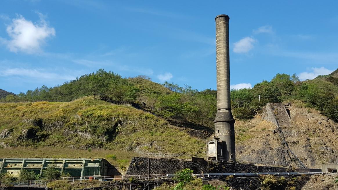 大煙突が綺麗に撮れる対岸から撮影が出来ました。 この煙突からの排煙もこのエリアの環境破壊をもたらしたそうですが、ここで精錬された銅は日本の近代化にも不可欠な存在でした。