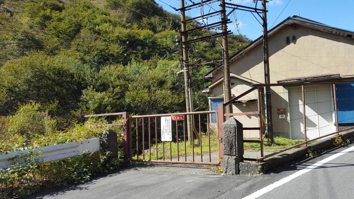 山に進む中、途中途中にはいくつかの崩れかけた廃墟や坑道への入り口があります。