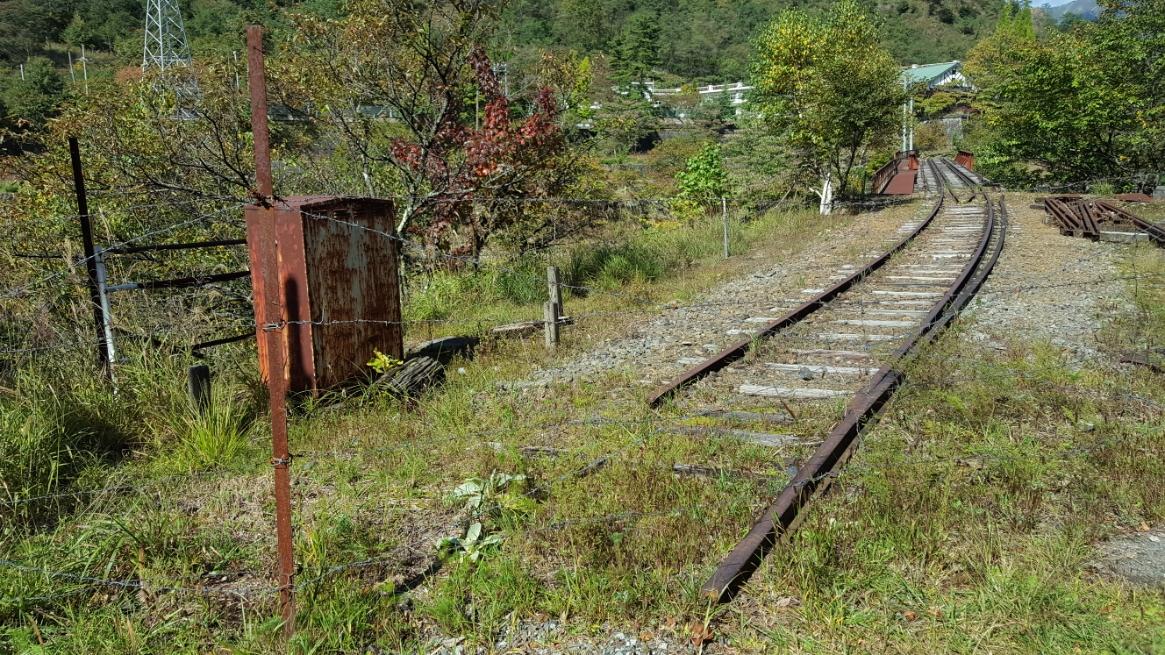 廃線には、線路が残っており片側は川の方向に延びています。 この廃線も立ち入り禁止になっています。