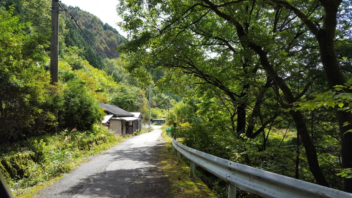 山中に残る廃墟が観たかった私は、主要道路から脇道に入り進みます。 ちなみに、写真のここに来たとき自転車で進んできた事を後悔しました。
