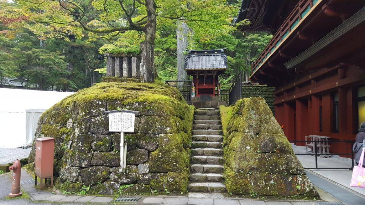 護摩堂横に、ぽっつと建つ雰囲気のある御堂は「光明院稲荷社」と言います。 何気なくあるお宮さんですが、鎌倉時代中期に日光山輪王寺の二十四世弁覚僧正によって建立された神社で非常に古い歴史を持つ神社です。 古来より日光山五大稲荷として学業成就家業繁栄の祈願に信仰されてきました。