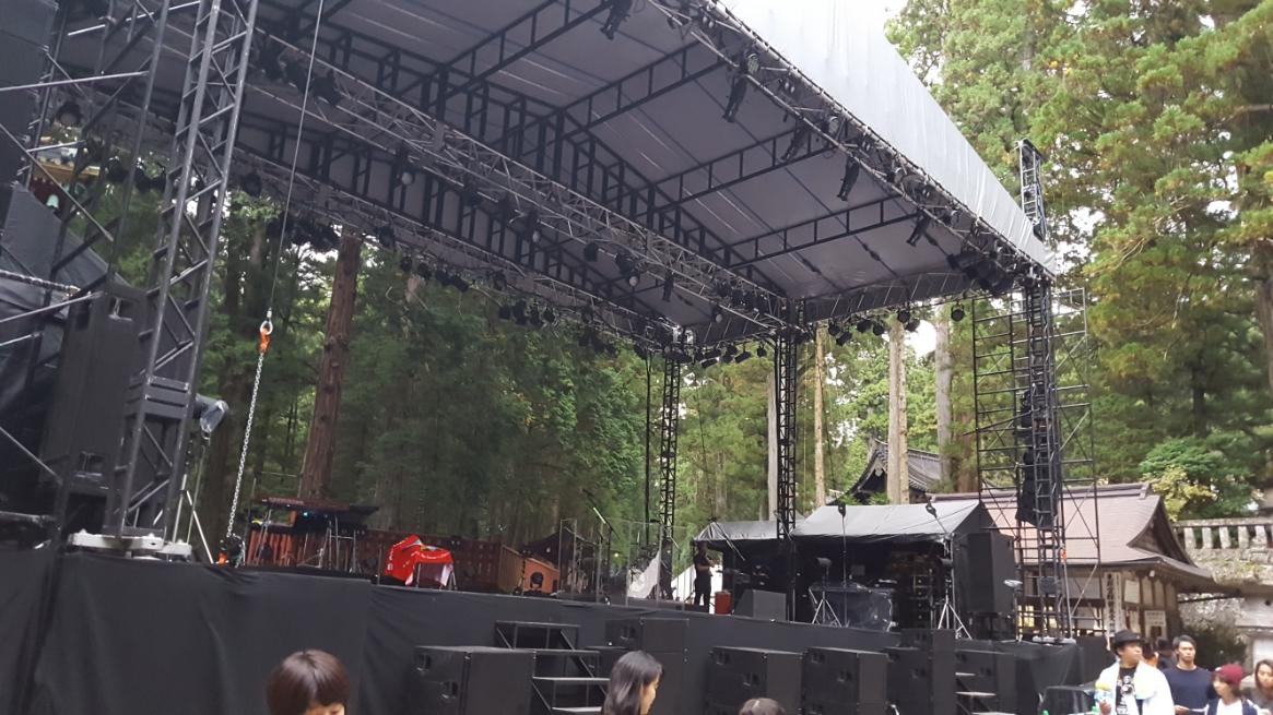 この日は、クリスハートなる歌手?が「日光東照宮」内のここでライブをするらしく迷惑にもステージが組まれ折角の雰囲気を見事にぶち壊してくれていました!