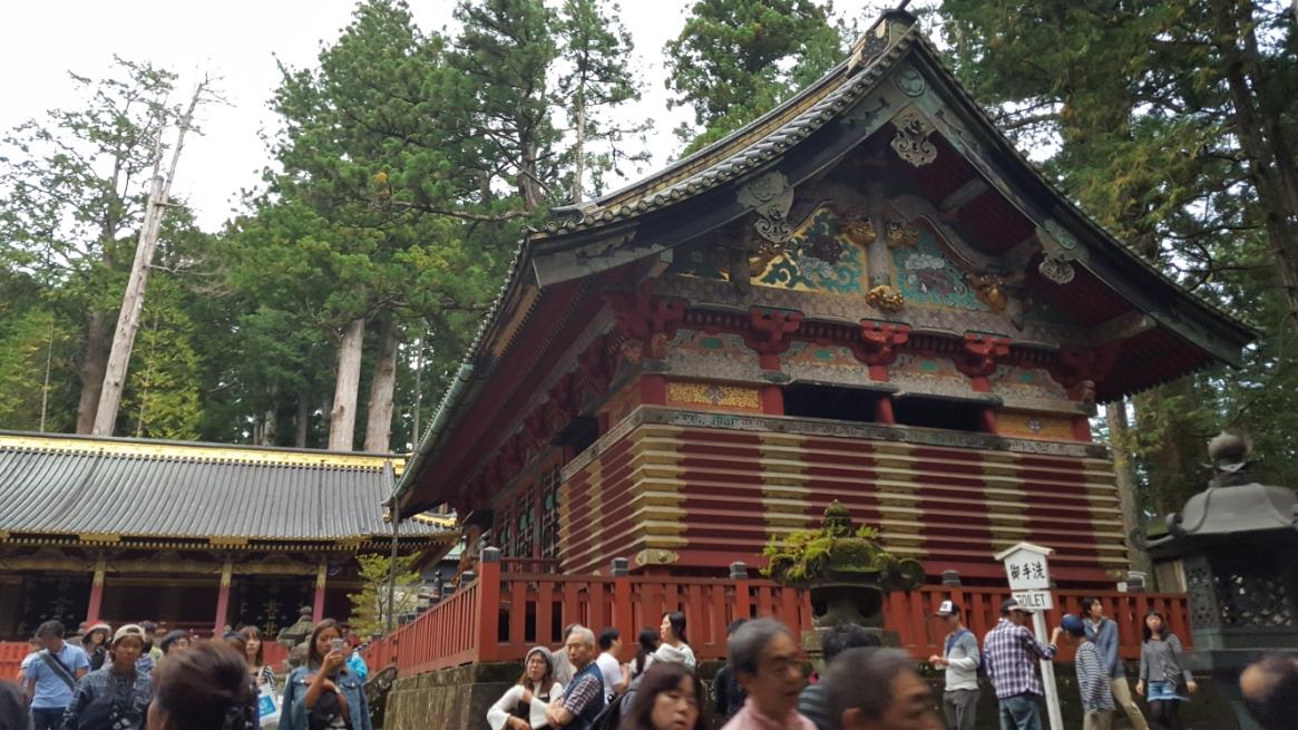 表門を入ると「神庫」が下・中・上とならんでおり写真は、「下神庫」です。 ここには、祭器や渡御祭の装束が収められています。