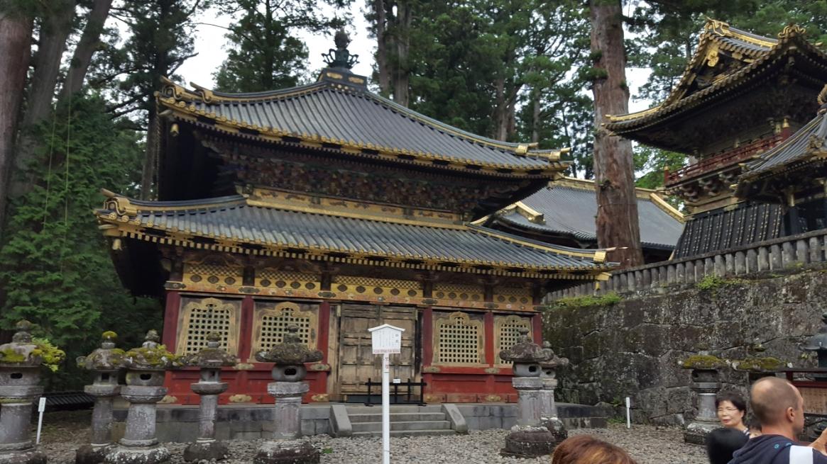 並ぶ途中にある「輪蔵」も煌びやかな建物です。 輪蔵(りんぞう)とは、仏教の寺院内等に設けられる経典等を収められている経蔵です。