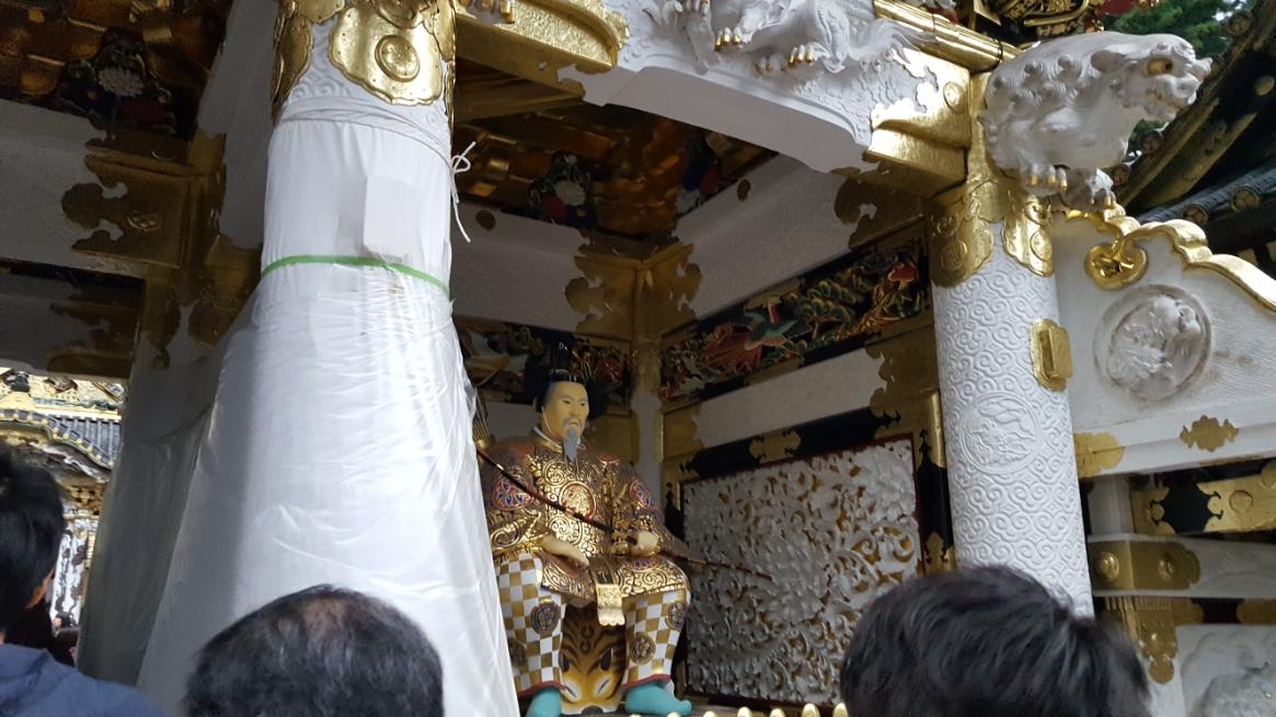 門の左右には東照大権現(家康)を守る「随神(ずいじん)」が安置されています。 これも「平成の大修理」で綺麗に修復されており、非常に煌びやかでした。