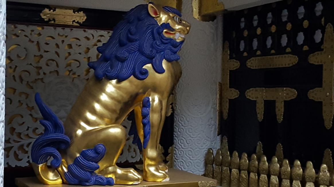 「陽明門」の内側には、金ピカ過ぎて逆にチープに見える「唐獅子」像が「随神」と同様に、左右に安置されています。