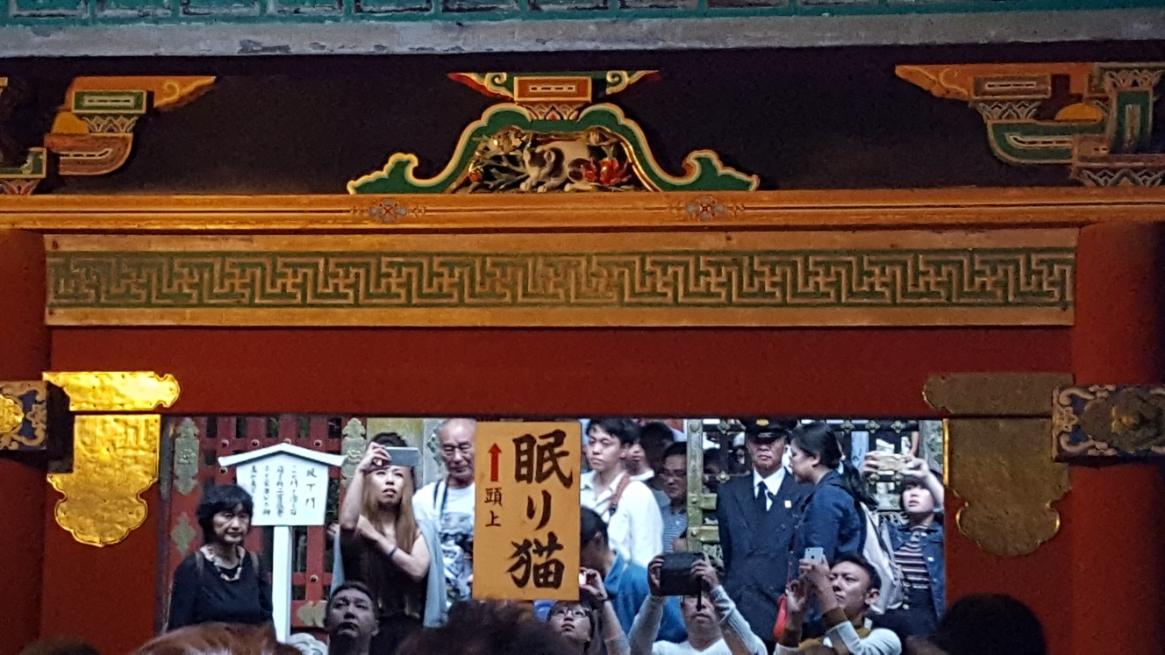 この国宝に指定される「眠り猫」は、奥宮へと続く回廊の欄間に彫られており、通路上にある彫り物です。 製作したのは江戸時代初期の伝説的な彫刻職人「左甚五郎」による作品と言われる。 もっとも、「左甚五郎」なる人物は、一人ではなく各地で腕のある工匠達の代名詞と言われています。