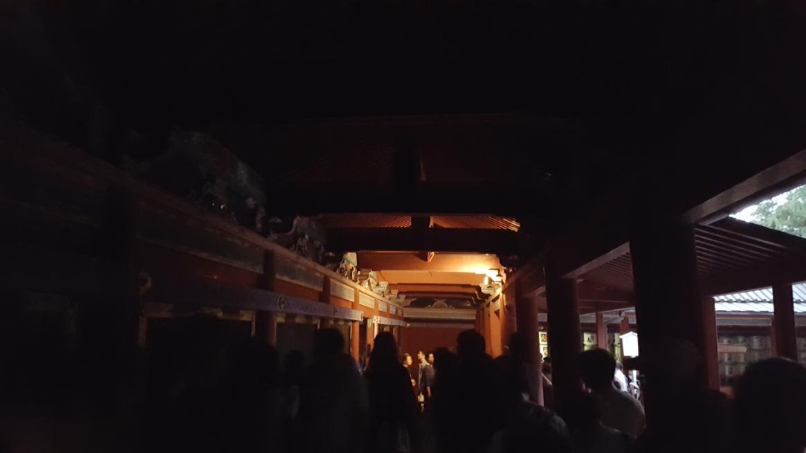 外は未だ若干、日の光も残っていましたが内部には電燈が無い為真っ暗の中を進みます。