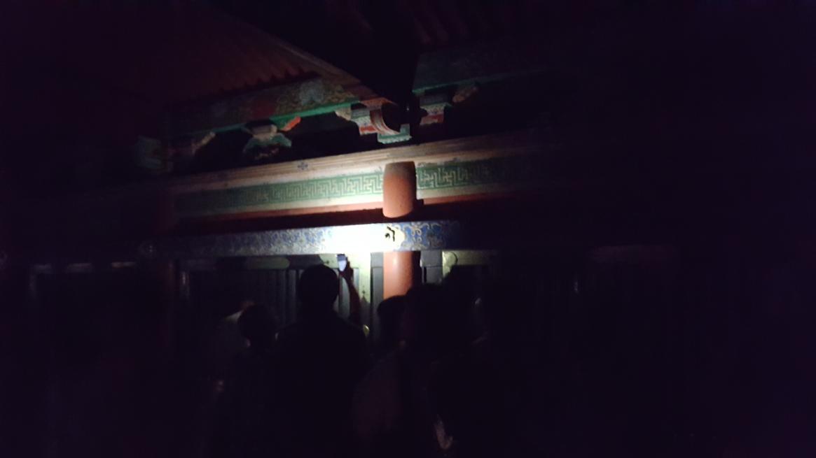 奥に来るといよいよ見えなくなりますが、これは「東照宮」による演出でも何でもなく、単純に廊下に電燈が無いだけです。