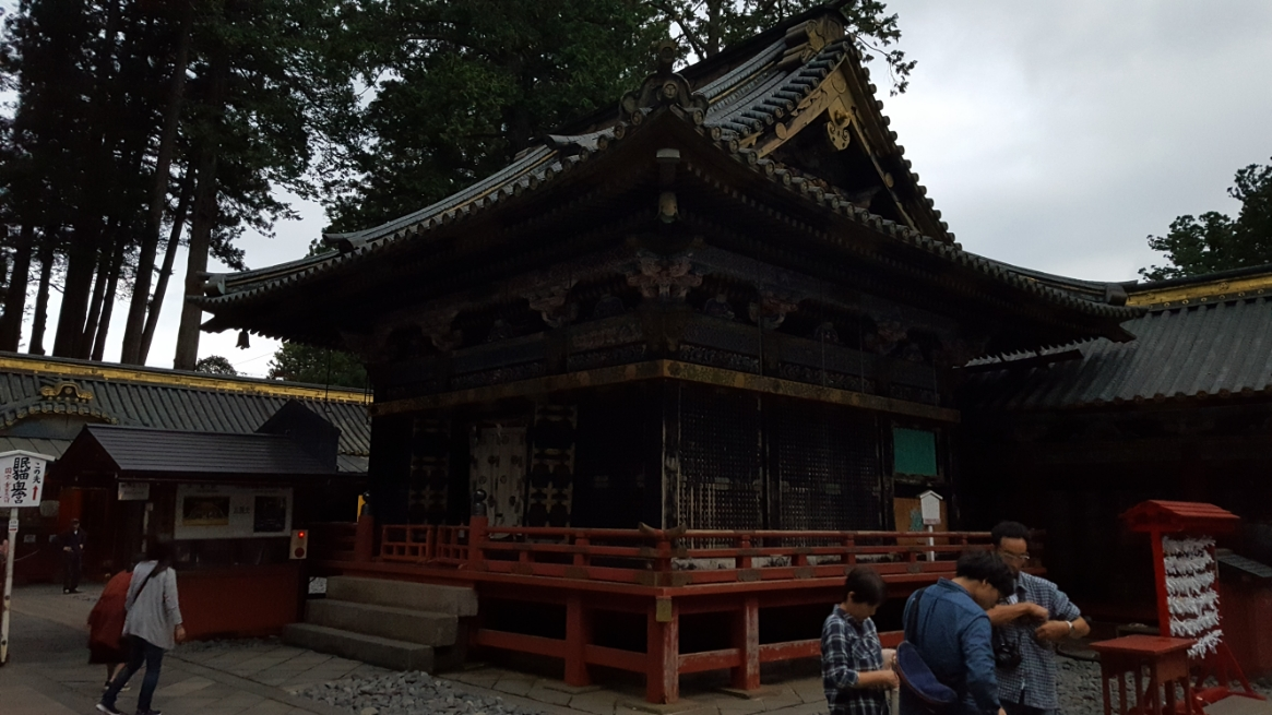 私が訪れた時刻も遅く辺りは、すっかり薄暗くなり折角の「神楽殿」も暗闇の中、褪せて見えてしまいます。 この「神楽殿」も、明るければ絢爛豪華な建造物で、巫女が「神楽」(踊り)を奉奏(ほうそう)するのに使用されます。