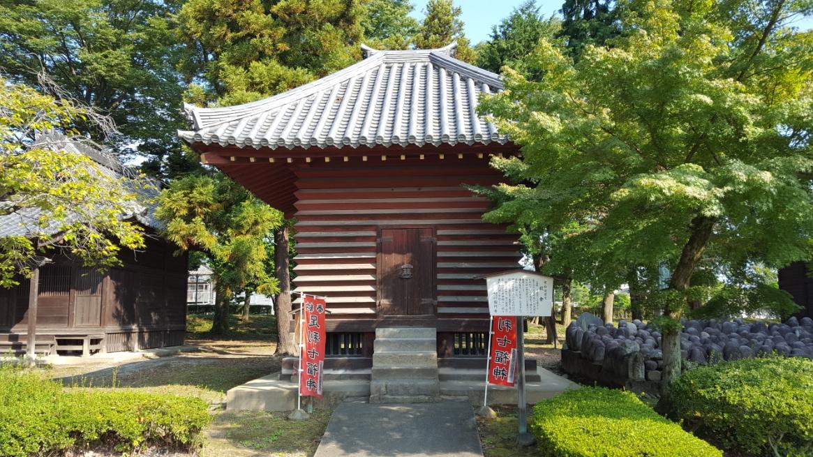 見た目が面白いこの建物は、「校倉」と云い、「宝庫」、「大黒堂」とも称されています。 創建は鑁阿寺が出来た頃だと思われますが私の調べでは分からず、永享四年(1432年)に公文所奉行によって再建され、宝暦二年(1752年)にも再修されています。 建築様式は、校倉風で名前の通り元々は、鑁阿寺の宝物を収蔵しておりましたが、四十二世忍空上人の時に宝物は他へ移して足利伝来の大黒天を祀り今日に至ります。 市指定重要文化財に指定されています。