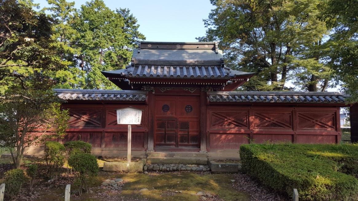 この足利大権現を祀る赤御堂(御霊屋)は、これ自体が「足利大権現」とも言われます。 創建は鎌倉時代と伝わるが、現在の建物は徳川十一代将軍家斉の寄進によって再建されたものです。 本殿に源氏の祖が祀られ、拝殿には足利十五代将軍像を祀る。 本殿裏には、当山開基、足利義兼の墓があります。
