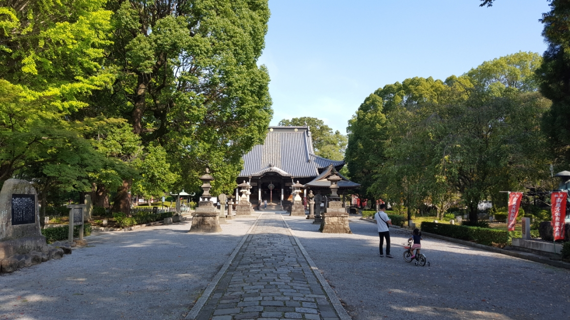 境内に入ると正面に国宝に指定される本堂、左手に休憩所、右手に弘法大師像が見えます。