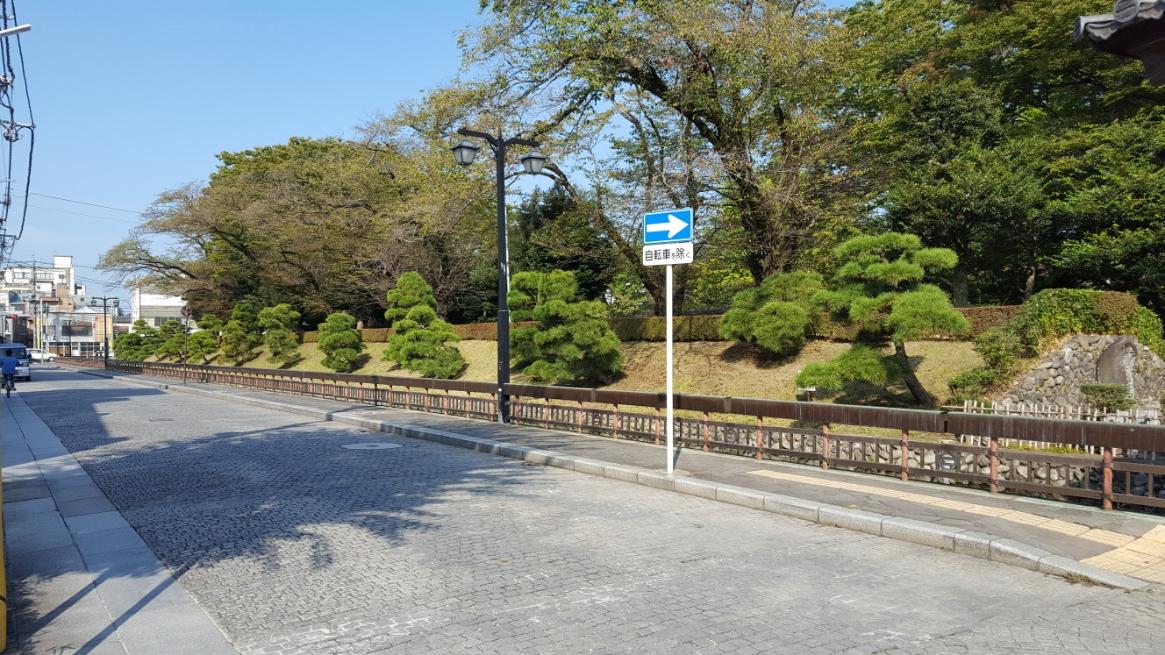 「楼門」と「反橋」の前に左右に延びる道①