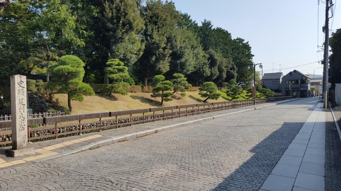「楼門」と「反橋」の前に左右に延びる道②