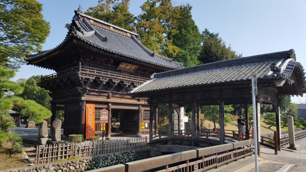 左から観た「楼門」と「反橋」