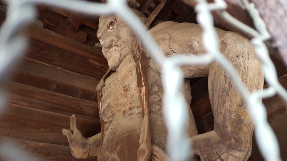 「楼門」を守る仁王像は、この山門よりも古く鎌倉時代に運慶によって作られたと伝わります。