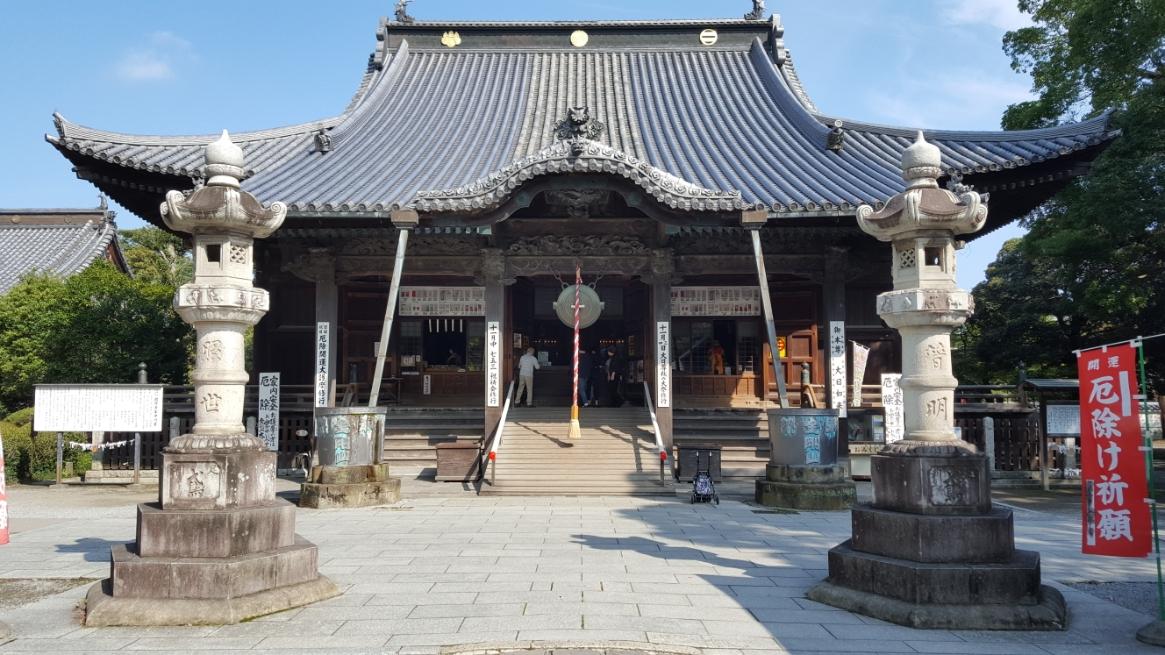 国宝に指定される本堂は、鎌倉時代初期の1196年に足利義兼によって持仏堂として創建され、応永14年から永享4年(1407 - 1432年)に大規模改修を行われたものです。 御堂内部は、長い年月の間燻されてきた為、香ばしい香りがしました。