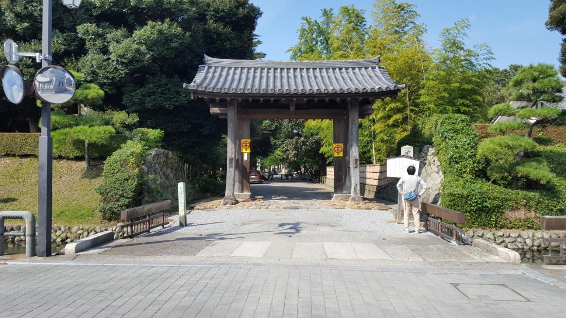 東門 栃木県指定文化財に指定される「東門」は、開基足利義兼の創建と伝わるが、永享四年(1432年)に再修されています。