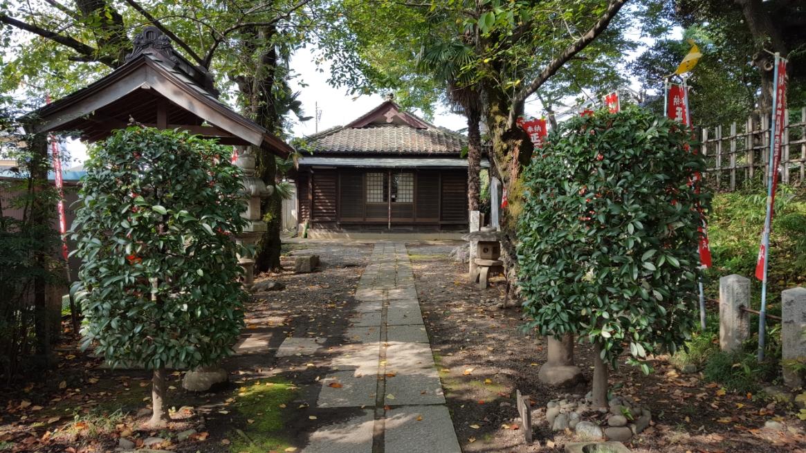 このなんとなくある風に見える「霊験稲荷神社」ですが、社殿の創建は天文二十三年(1551年)の当時のもので非常に古いものです。 そして、この社殿が建てられるより以前からこの地に、この社が在ったと知られています。 江戸時代には、この稲荷社は霊験あらたかで足利の人々をはじめ近郷近在の人々が信仰し、祭礼に大勢の人々が参詣に訪れたことが記録に残っています。
