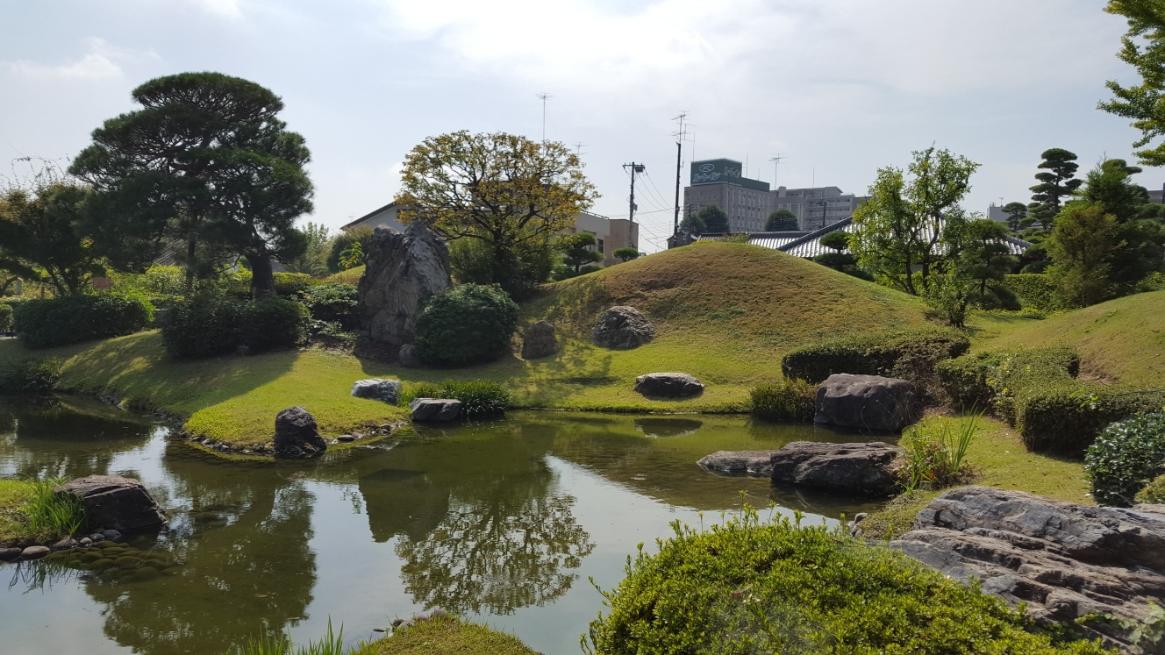 方丈の前にある南庭園は、書院庭園の形態である築山泉水庭園で、管理が行き届いており綺麗な庭園です。