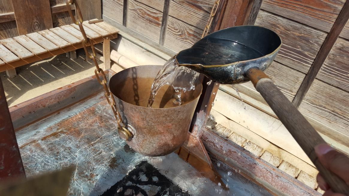「宥座の器」の「宥座」とは、常に身近に置いて戒めするという意味で、孔子の説いた「中庸」の中にある「一杯に満ちて覆らないものは無い」という慢心を教える為のものです。 実際に水を入れてみると、ちょうどいい時は、真っ直ぐに立ち、満杯を超えるとひっくりかえってしまう作りになっています。