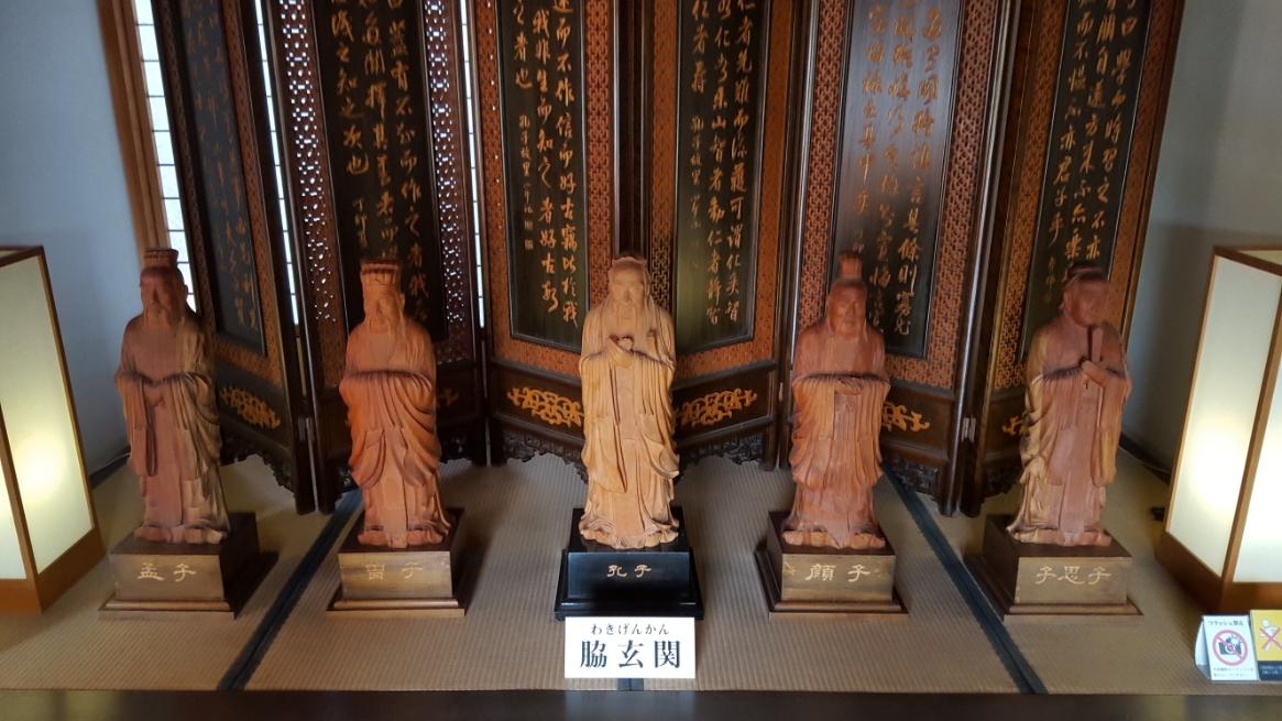 「庫裡」から「方丈」へ向かう廊下に途中に程観た玄関を通ります。 玄関前には孔子とその高弟の木像が置かれています。