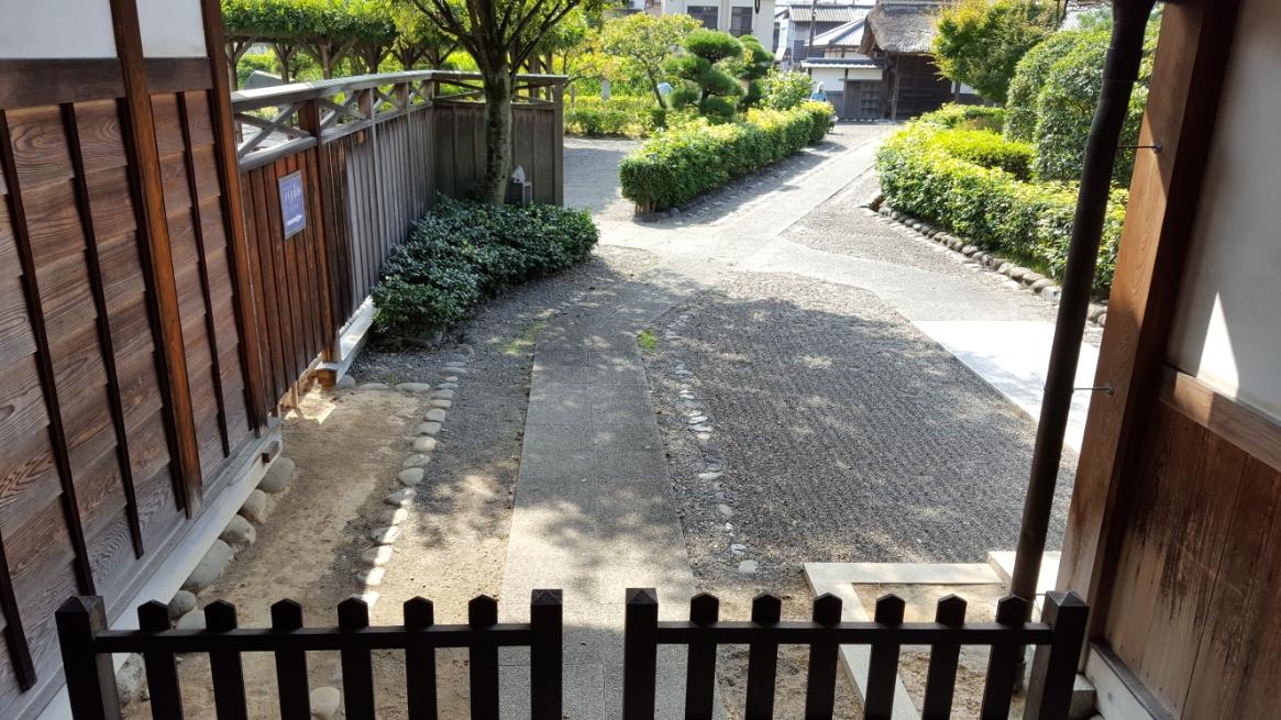 脇玄関の中から、先ほどみた庭の風景