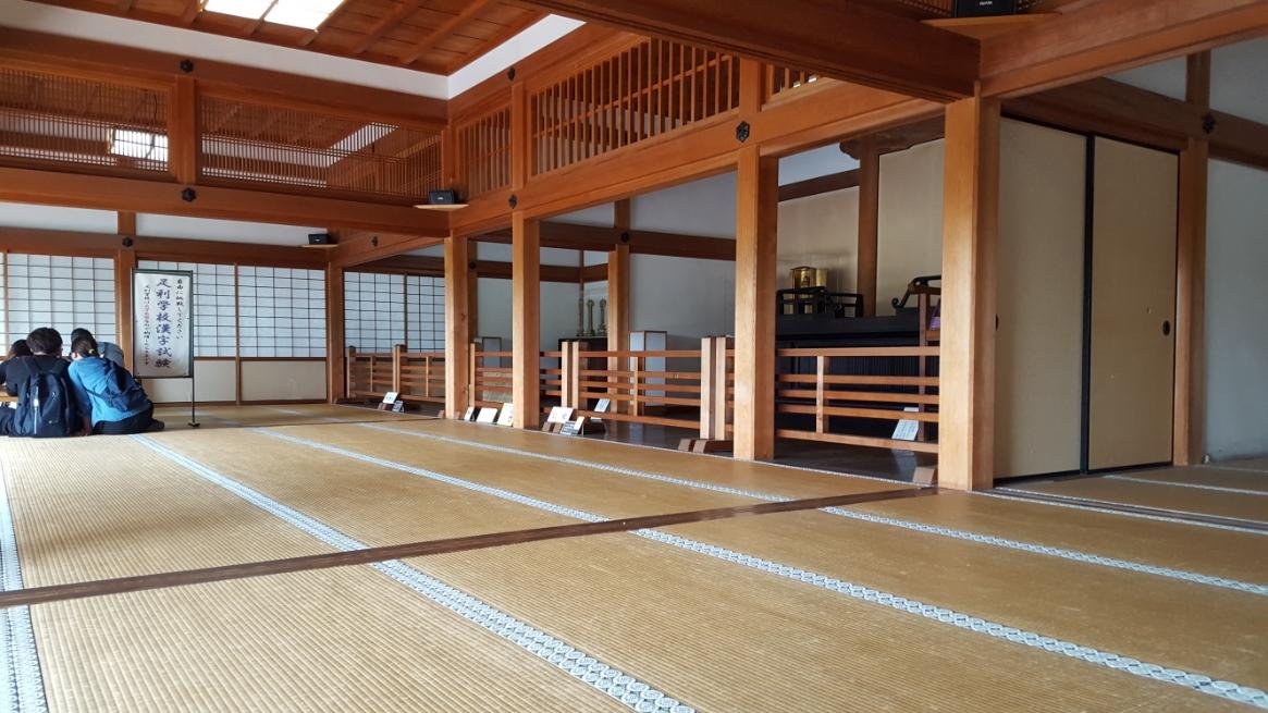大広間の横には、須弥壇を備えた仏間もあります。