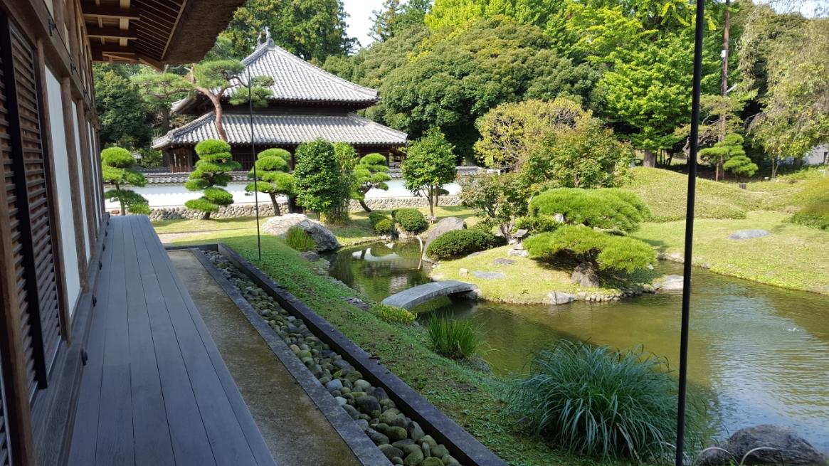 建物群の裏手にある北庭園は、築山泉水庭園の奥庭として南庭園より格が高く、亀の形をした中之島があり、島内には弁天様を祀る石の祠が有ります。