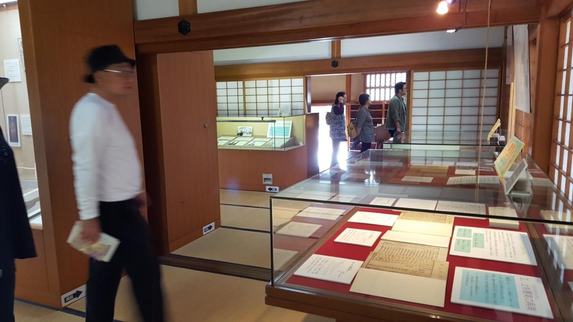 ぐるっと回るかたちで、「庫裡」に戻って来ました。 庫裡の中は、現在は展示コーナーとなっており足利学校の歴史を中心に縁の資料等が展示されています。