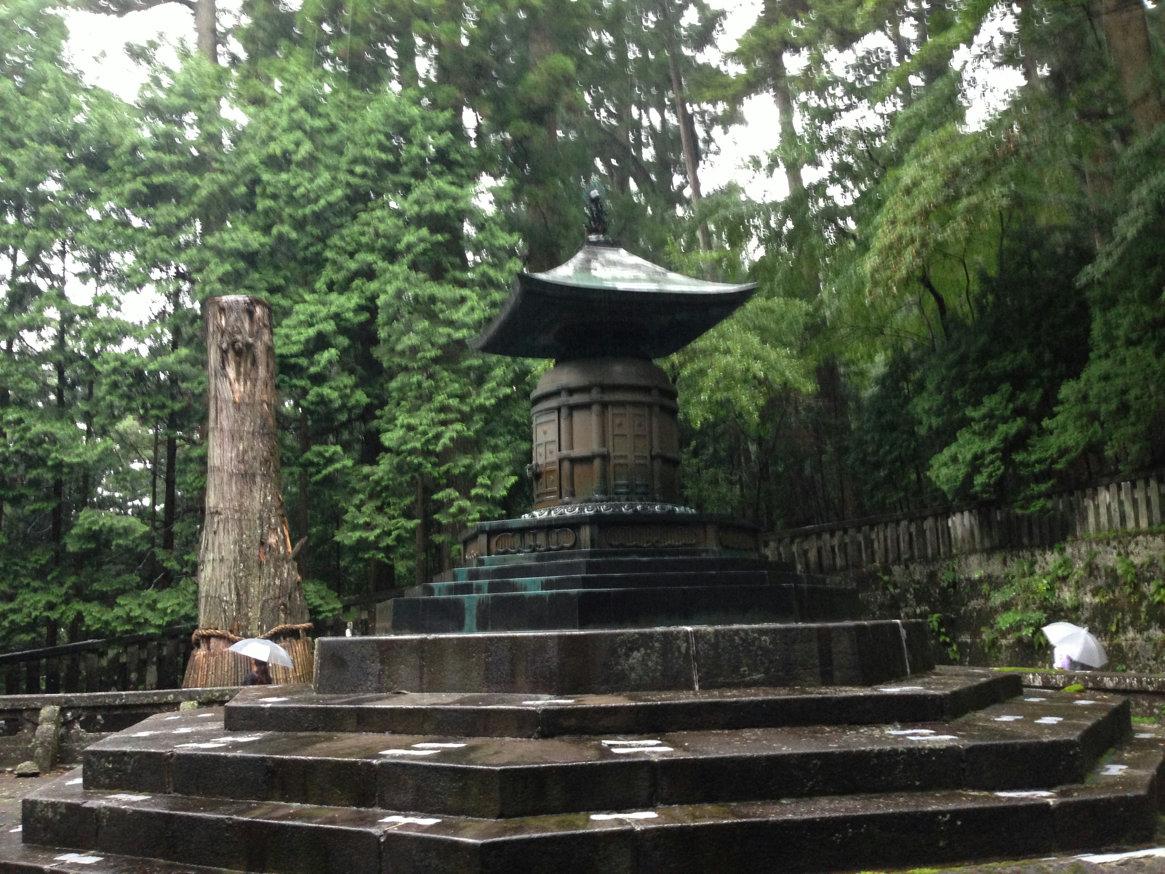 「眠り猫」を通り抜け進んだ奥社拝殿の裏手には、家康が眠るとされる「奥社宝塔」があります。 元々は木造で創建されましたが、寛永18年(1641年)に石像に改められ、天和3年(1683年)に、写真の鋳銅製の宝塔に改められました。 中には、家康に神柩が収められています。 しかしながら、中には遺体は無いと言われています 遺体は静岡県の久能山にあるそうです。