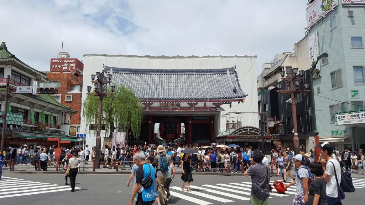 「浅草寺」の代名詞にもなる「雷門」は、写真で観ると一見普通に見えるかもしれませんが改装中で、雷門を模したテント?で覆われています。 最近は、東京オリンピック前だからなのか??偶然なのか??関東近辺の神社仏閣の修繕作業が多い気がします。