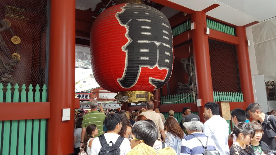 今日も大勢の観光客が「雷門」の下をくぐって「仲見世通り」を進み浅草寺を目指しています。